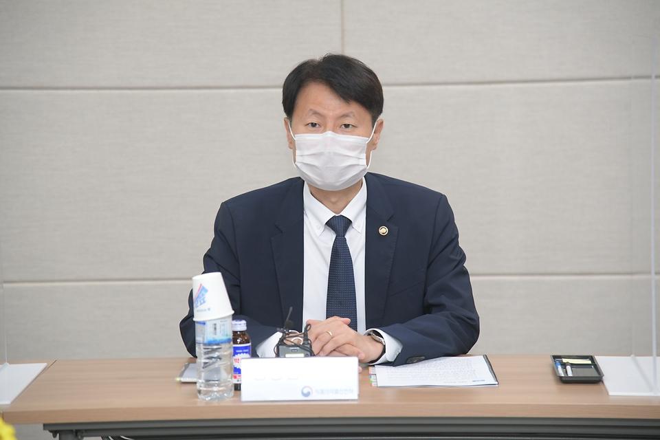 김강립 식품의약품안전처장이 12일 충남 천안시 소재 주사제 업체 '동아에스티'에서 '의약품 제조·품질 관리 혁신전략 추진회의'를 하고 있다.