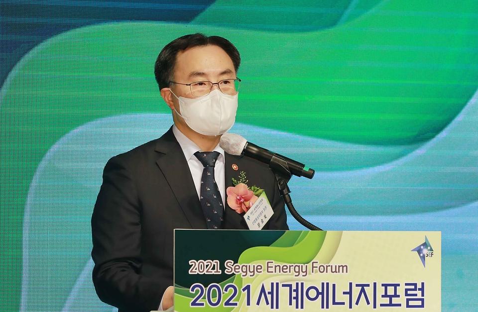 12일 서울 더 플라자호텔 다이아몬드홀에서 열린 '2021 세계에너지포럼'에서 문승욱 산업통상자원부 장관이 축사를 하고 있다.