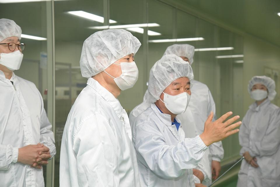 김강립 식품의약품안전처장이 12일 충남 천안시 소재 주사제 업체 '동아에스티'에 방문해 제조 현장을 살펴보고 있다.