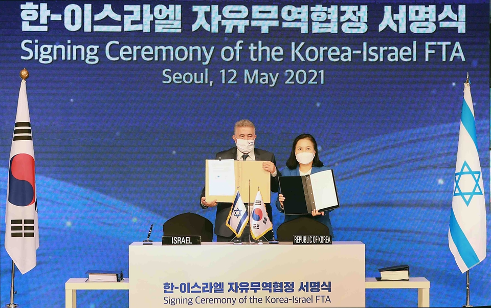 유명희 산업통상자원부 통상교섭본부장이 12일 오후 서울 중구 롯데호텔에서 열린 한-이스라엘 FTA 서명식에서 아미르 페렛츠(Amir PERETZ) 이스라엘 경제산업부 장관과 서명한 후 기념촬영하고 있다.