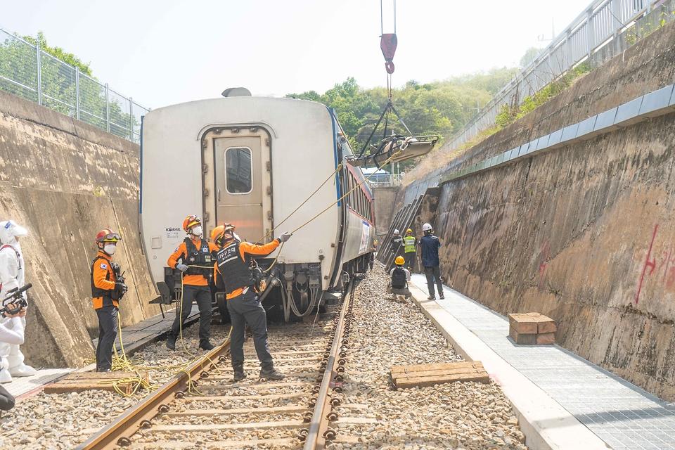 12일 오후 경북 영주 덕암터널 인근(영주역∼어등역)에서 열린 '철도 대형사고 실제훈련'에서 소방관들이 부상 당한 승객을 구조하고 있다.