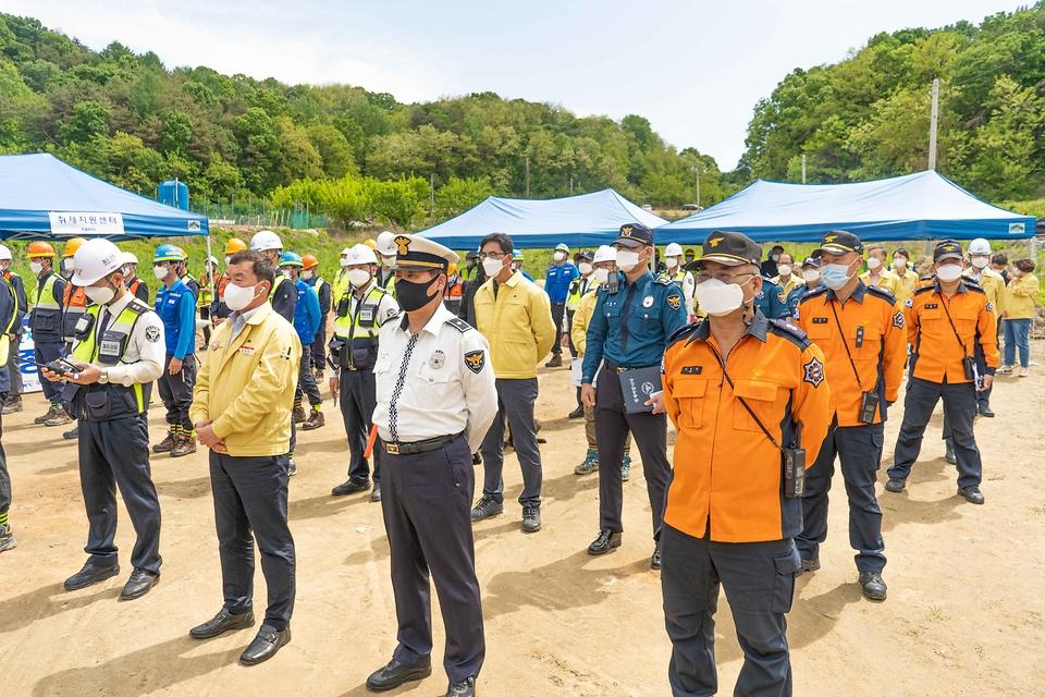 12일 오후 경북 영주 덕암터널 인근(영주역∼어등역)에서 '철도 대형사고 실제훈련'이 진행되고 있다.