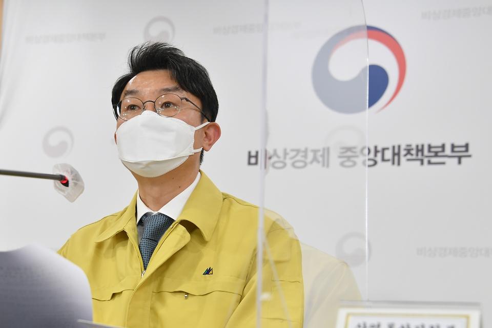 이억원 기획재정부 차관이 12일 서울 종로구 정부서울청사에서 열린 '제35차 비상경제 중대본 회의' 정례브리핑에서 주요내용을 발표하고 있다.