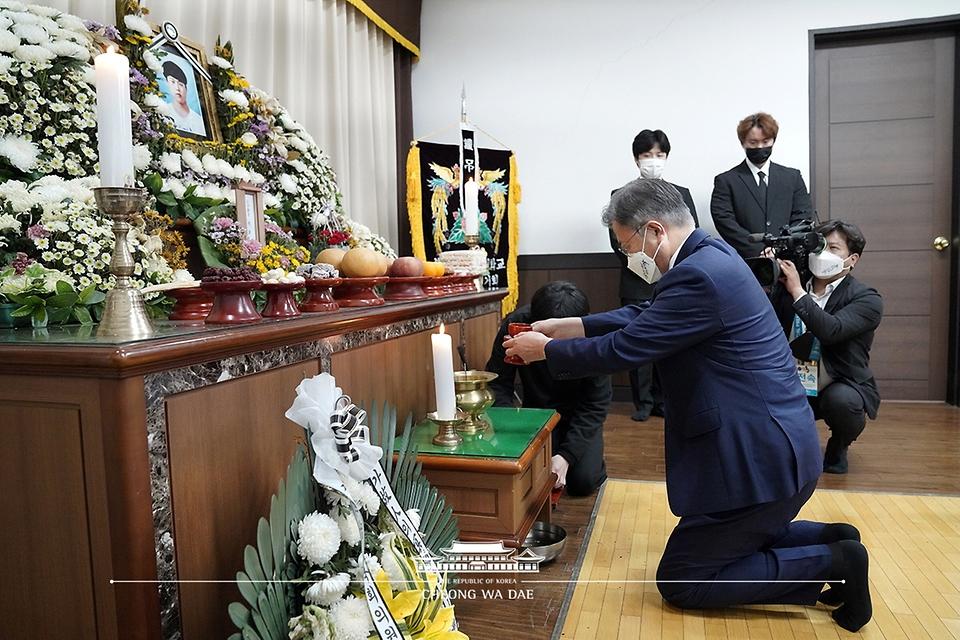 문재인 대통령이 13일 오후 경기도 평택 안중백병원 장례식장에 마련된 고 이선호 씨 빈소를 찾아 조문하고 있다.