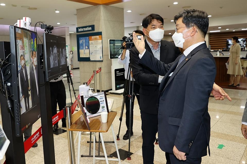 전해철 행정안전부 장관이 13일 오후 대전시 유성구 나노종합기술원을 방문하여 나노기술을 활용한 첨단센서 열화상 카메라시스템을 살펴보고 있다.