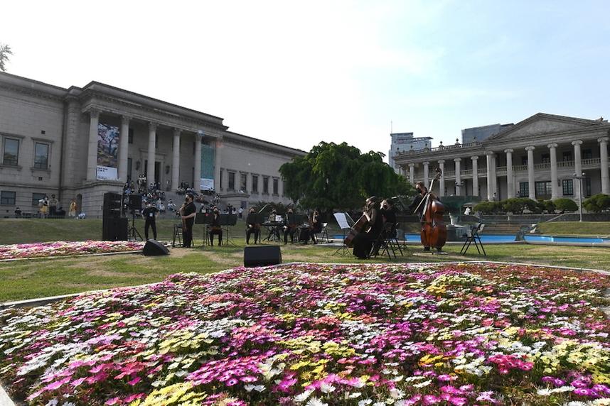 14일 오후 서울 중구 덕수궁 석조전 분수대 앞에서 열린 덕수궁 봄 음악회에서 코리안심포니 오케스트라 단원들이 공연을 펼치고 있다.