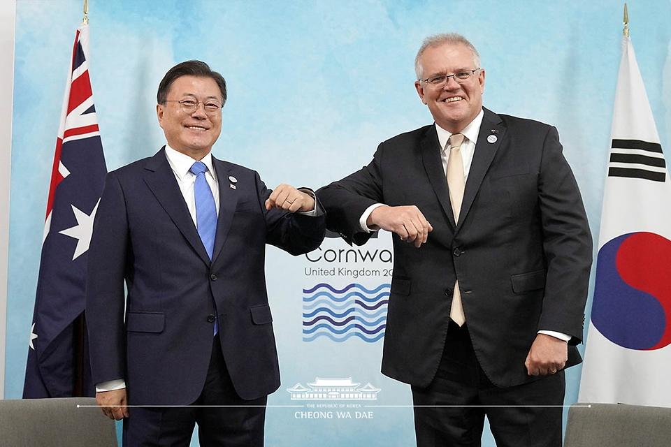 G7(주요 7개국) 정상회의 참석차 영국을 방문한 문재인 대통령이 12일(현지시간) 영국 콘월 시내 한 호텔에서 스콧 모리슨(Scott Morrison) 호주 총리와 양자회담에 앞서 팔꿈치를 맞대며 인사하고 있다.