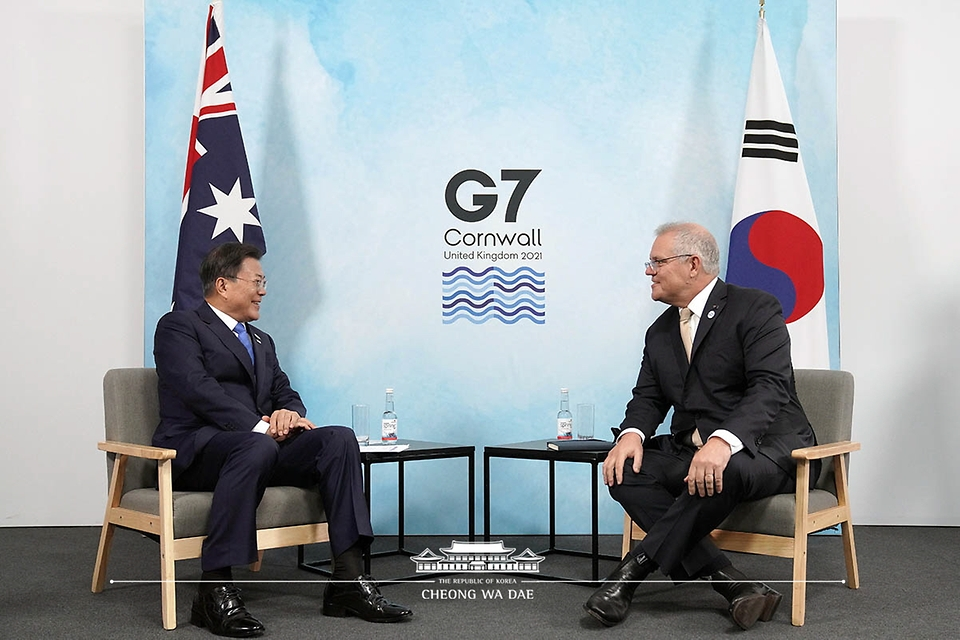 G7(주요 7개국) 정상회의 참석차 영국을 방문한 문재인 대통령이 12일(현지시간) 영국 콘월 시내 한 호텔에서 스콧 모리슨(Scott Morrison) 호주 총리와 양자회담을 하고 있다.