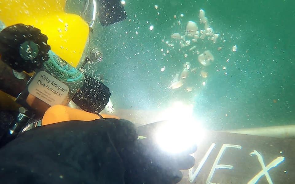 15일 경남 창원 진해만 일대에서 열린 한미 연합 구조전 훈련에서 양국 구조대원들이 표면공급공기잠수(SSDS) 장비를 착용 후 가상의 손상 함정에 접근하여 수중용접을 실시하고 있다. (출처=대한민국 해군 페이스북)