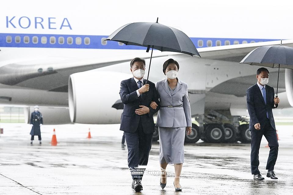 영국 G7 정상회의와 오스트리아, 스페인 국빈 방문을 마친 문재인 대통령과 부인 김정숙 여사가 18일 오전 경기 성남 서울공항에 도착하고 있다.