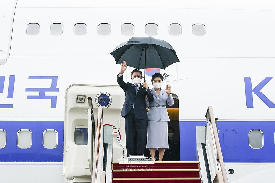 영국 G7 정상회의와 오스트리아, 스페인 국빈 방문을 마친 문재인 대통령과 부인 김정숙 여사가 18일 오전 경기 성남 서울공항에 도착해 손을 흔들며 인사하고 있다.