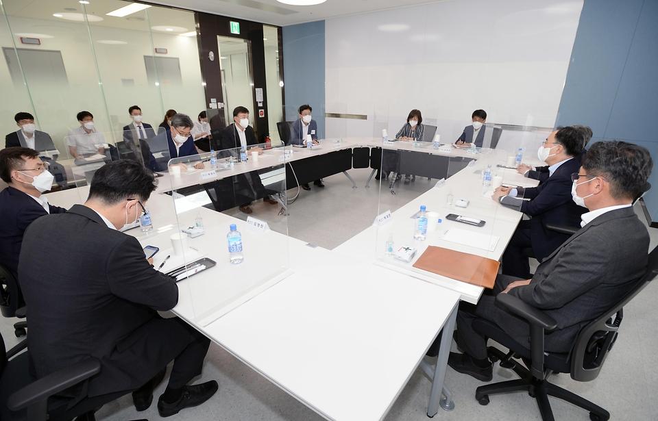 문승욱 산업통상자원부 장관이 21일 오후 인천 송도에 소재한 삼성바이오로직스 mRNA 백신 생산라인 구축 현장을 방문해 인사말을 하고 있다.