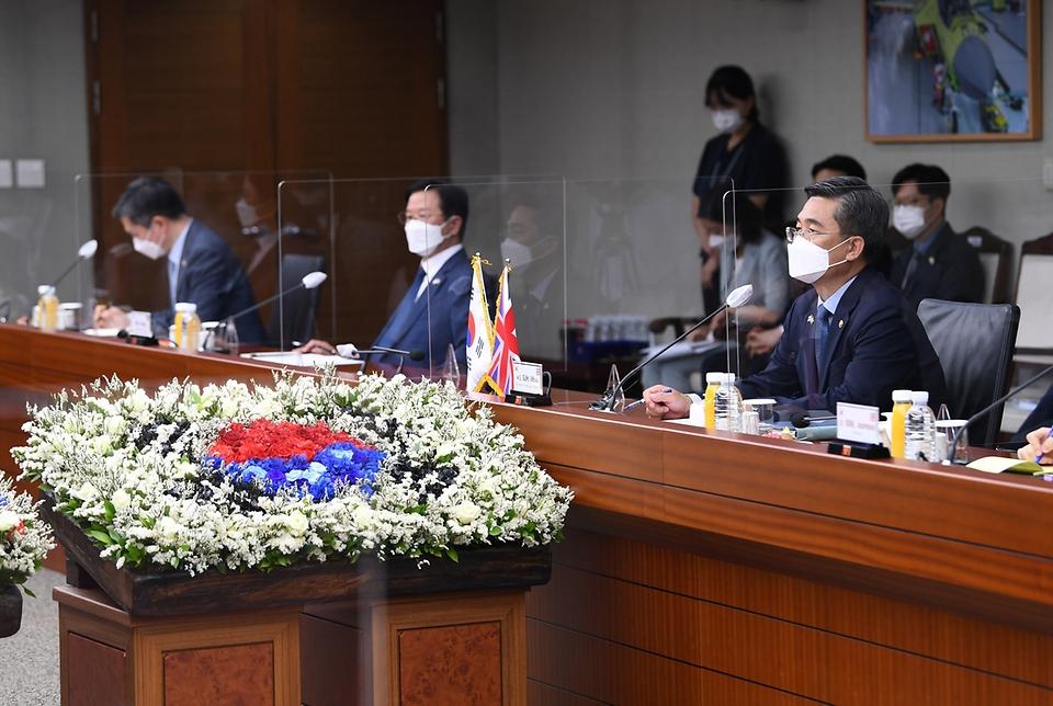 서욱 국방부 장관이 21일 서울 용산구 국방부 청사에서 벤 월러스 영국 국방 장관과 회담하고 있다.
