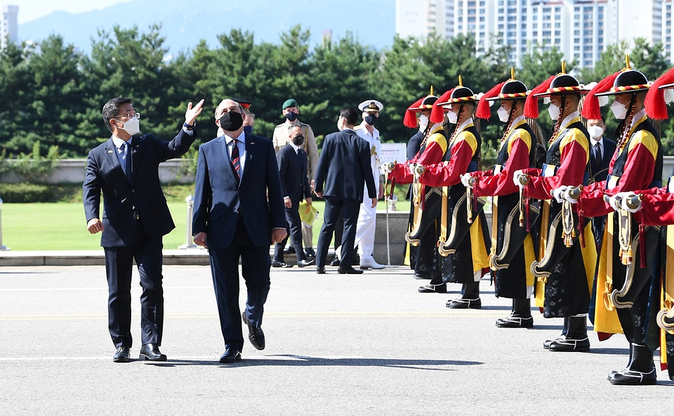 서욱 국방부 장관과 벤 월러스 영국 국방 장관이 21일 서울 용산구 국방부 청사에서 회담 전 전통 의장대 도열을 하고 있다.