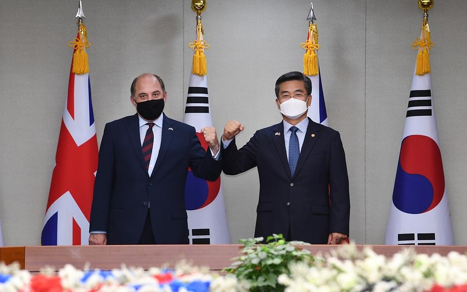 서욱 국방부 장관과 벤 월러스 영국 국방 장관이 21일 서울 용산구 국방부 청사에서 회담 전 기념촬영을 하고 있다.