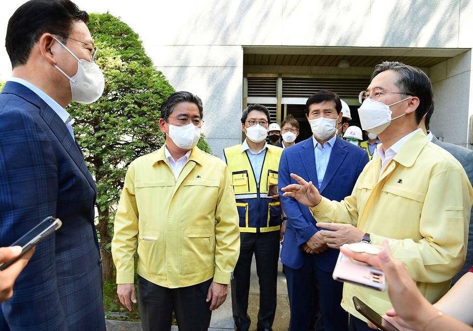 박진규 산업통상자원부 차관이 22일 오후 서울 서초구 한국전력 신양재변전소를 방문, 관계자들과 대화를 나누고 있다.