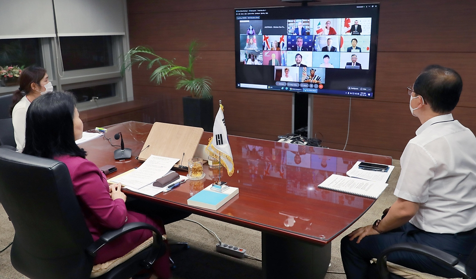 유명희 산업통상자원부 통상교섭본부장이 22일 오후 서울 대한상공회의소 영상회의실에서 열린 'WTO 오타와그룹 통상장관 회의'에 참석해 '코로나19 재확산 상황에서 WTO 차원의 대응 방안과 수산보조금 협상 및 WTO 개혁' 등에 관해 의견을 교환하고 있다.