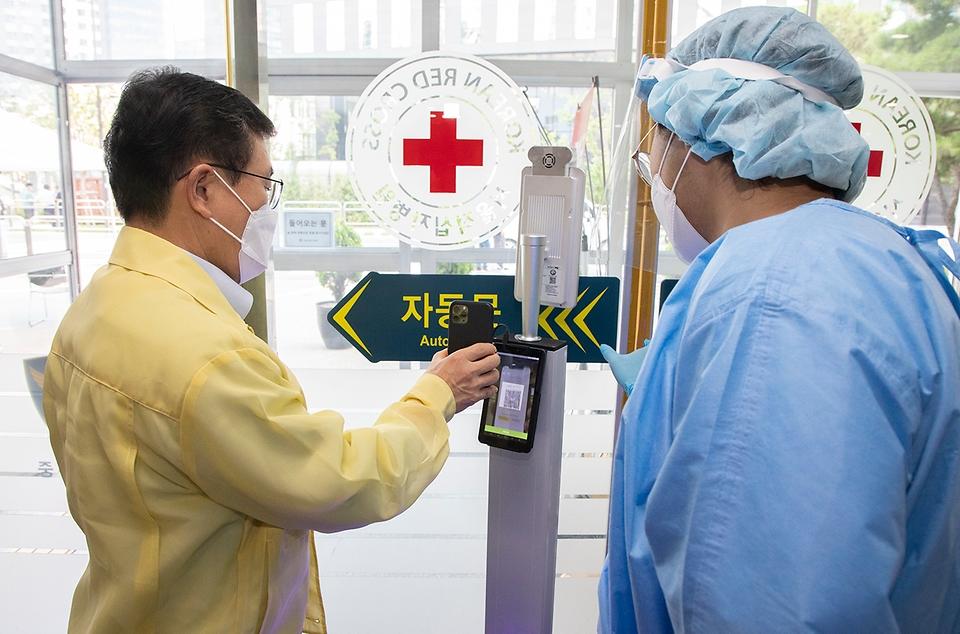 권덕철 보건복지부 장관이 21일 오후 감염병 전담병원인 서울적십자병원을 방문, QR코드로 출입자 명부를 등록하고 있다.