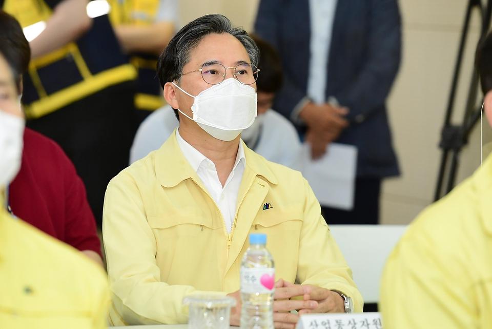 박진규 산업통상자원부 차관이 22일 오후 서울 서초구 한국전력 신양재변전소에서 현황보고를 받고 있다.