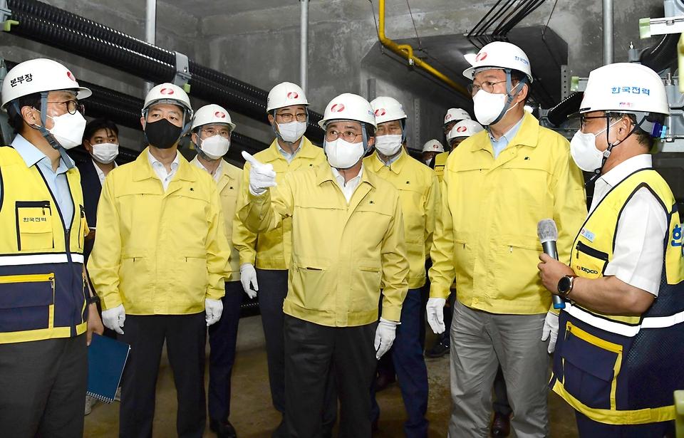 박진규 산업통상자원부 차관이 22일 오후 서울 서초구 한국전력 신양재변전소를 방문해 가스절연개폐장치(GIS)실 등 주요시설을 둘러보고 있다.