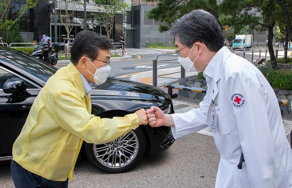 권덕철 보건복지부 장관이 21일 오후 감염병 전담병원인 서울적십자병원을 방문해 문영수 병원장과 인사하고 있다.