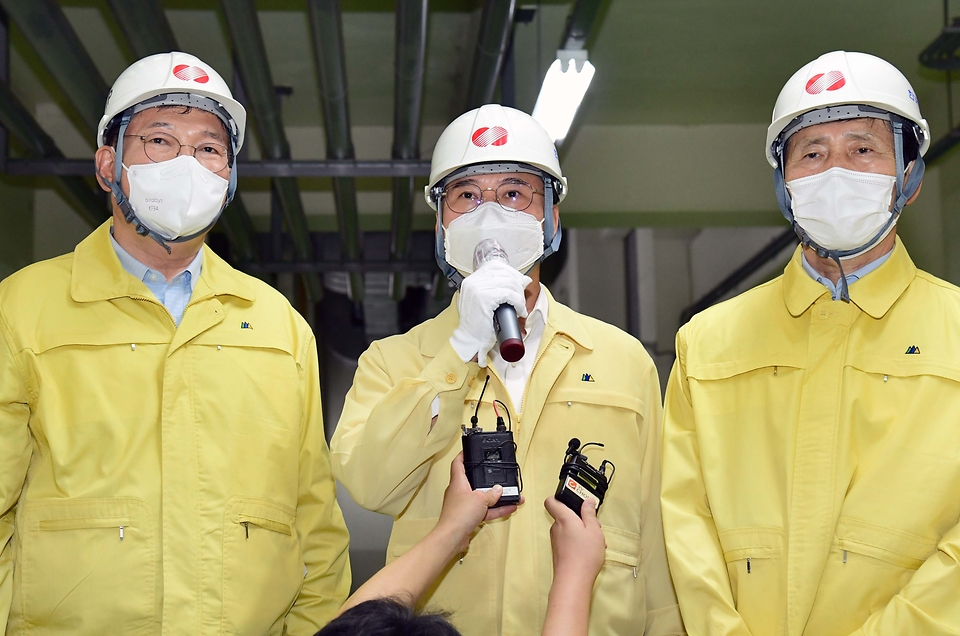 박진규 산업통상자원부 차관이 22일 오후 서울 서초구 한국전력 신양재변전소를 방문, 발언하고 있다.