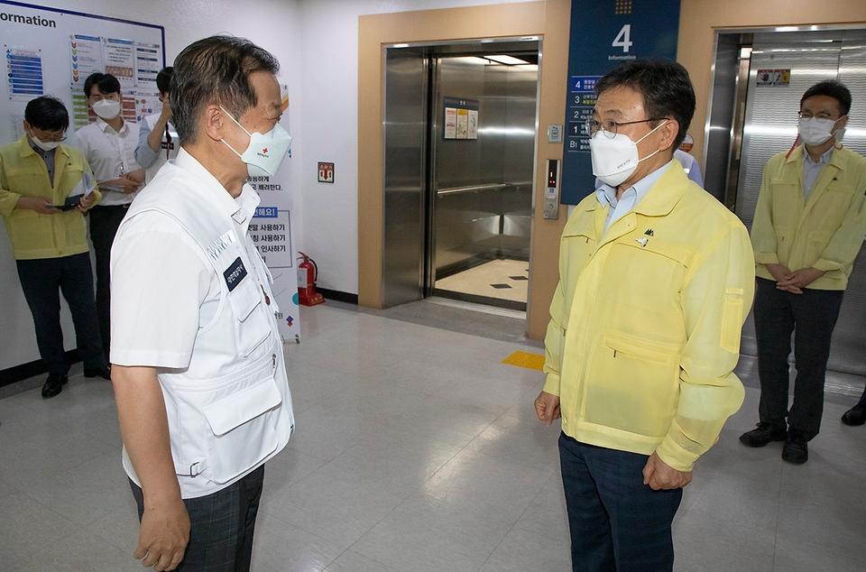 권덕철 보건복지부 장관이 21일 오후 감염병 전담병원인 서울적십자병원을 방문해 대한적십자사 신희영 회장과 인사하고 있다.
