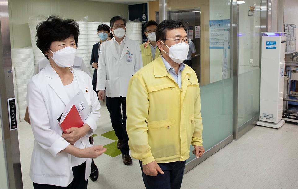 권덕철 보건복지부 장관이 21일 오후 감염병 전담병원인 서울적십자병원을 방문해 코로나19 방역 대응체계 및 감염관리 현황을 점검하고 있다.