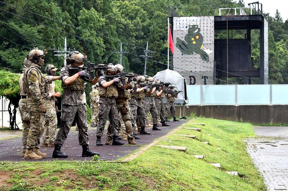 해군사관학교 4학년 생도들이 하계 군사실습 중 특수전전단의 조직과 임무를 체험하는 전투사격, 선박 검문검색 절차 등을 하고 있다.