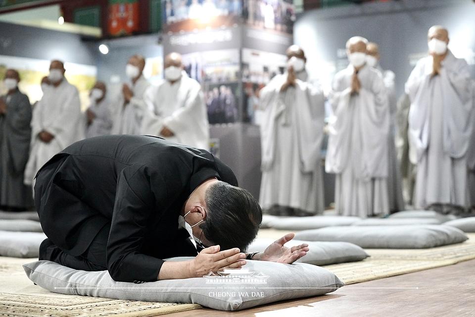 문재인 대통령이 23일 전북 김제시 금산사에 마련된 조계종 전 총무원장 월주스님의 빈소를 찾아 조문하고 있다.