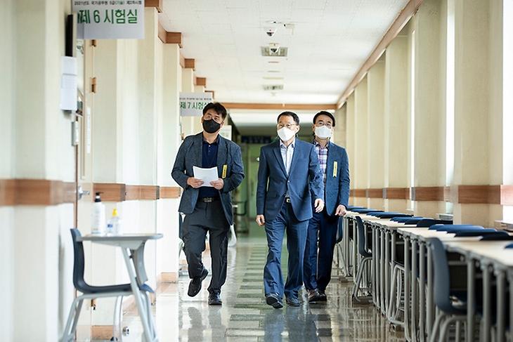 김우호 인사혁신처장이 23일 국가공무원 5급 공채(기술) 제2차 시험장이 마련된 서울 성동구 한양대를 방문해 현장을 둘러보고 있다.