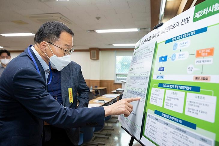 김우호 인사혁신처장이 23일 국가공무원 5급 공채(기술) 제2차 시험장이 마련된 서울 성동구 한양대를 방문해 시험 현황을 점검하고 있다.