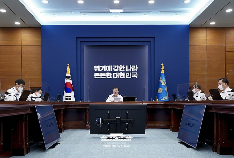 문재인 대통령이 26일 청와대에서 열린 수석·보좌관회의를 주재하고 있다.