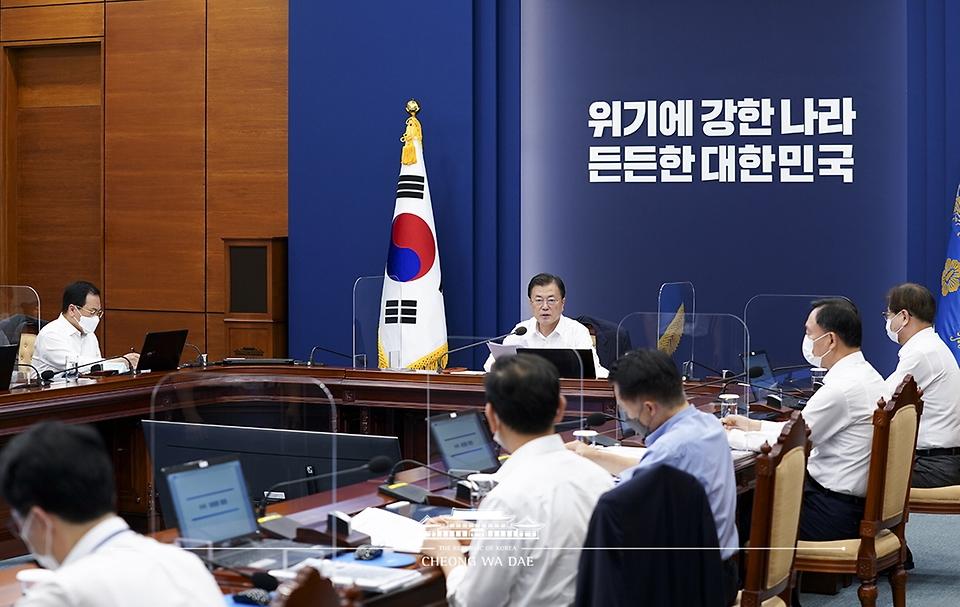 문재인 대통령이 26일 청와대에서 열린 수석·보좌관회의에서 발언하고 있다.