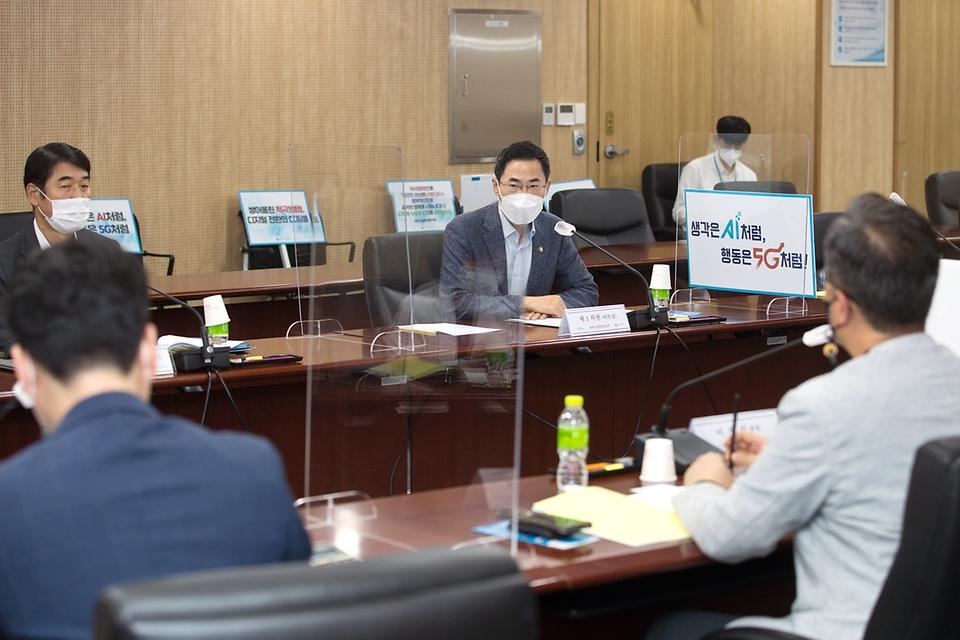 용홍택 과학기술정보통신부 제1차관이 26일 오후 세종특별자치시 세종파이낸스센터 과기정통부 생각나눔방에서 열린 '제5차 적극행정위원회'에 참석해 인사말을 하고 있다.