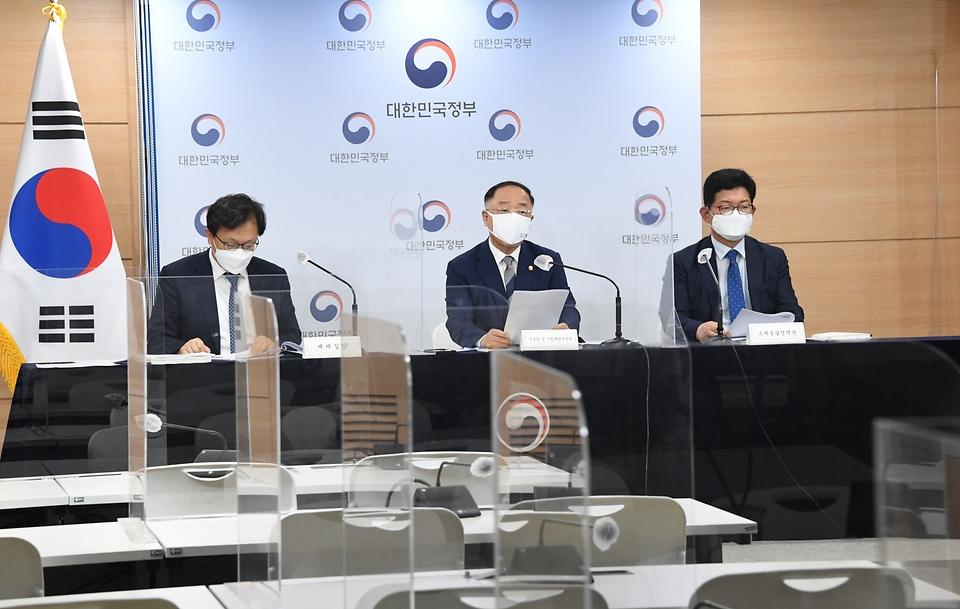 홍남기 경제부총리 겸 기획재정부장관이 23일 오후 서울 종로구 정부서울청사 브리핑룸에서 '2021 세법개정안' 브리핑을 하고 있다.