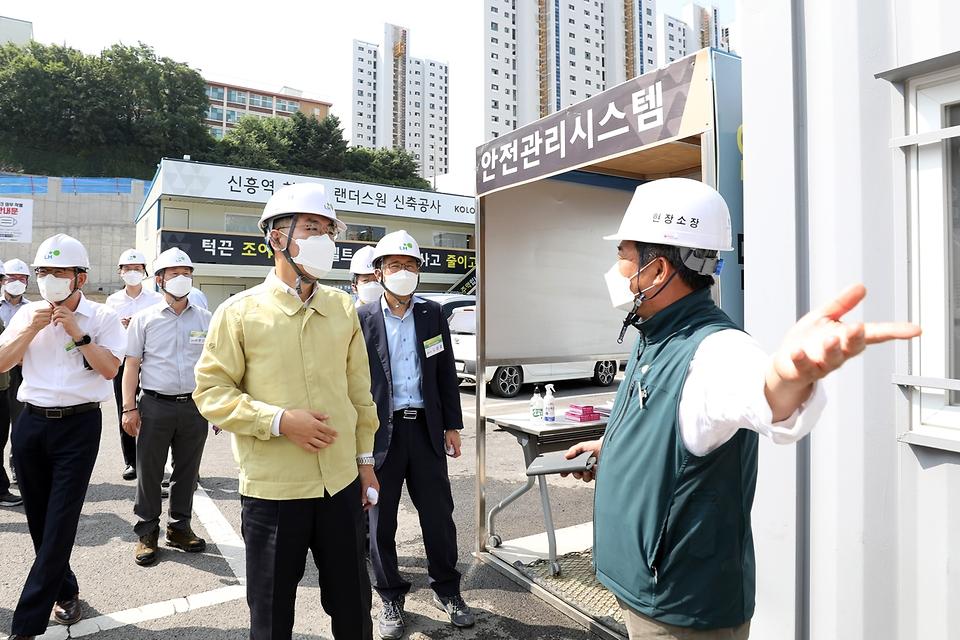 윤성원 국토교통부 1차관이 30일 경기 성남시 아파트 건설 현장에서 코로나19 확산 방지를 위한 방역 실태를 점검하고 있다.
