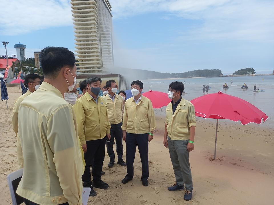 엄기두 해양수산부 차관이 30일 충남 태안군 만리포 해수욕장을 찾아 해수욕장 운영과 방역 상황을 점검하고 있다.