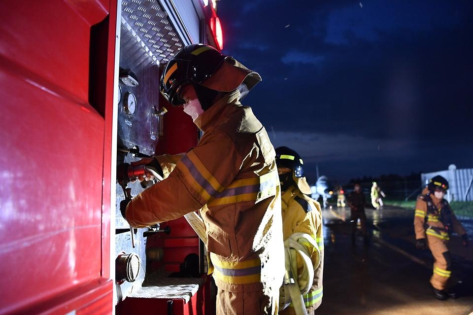 공군 38전투비행전대 소방구조반 요원들이 27일 야간 항공기 화재 상황을 가정한 훈련을 진행하고 있다.