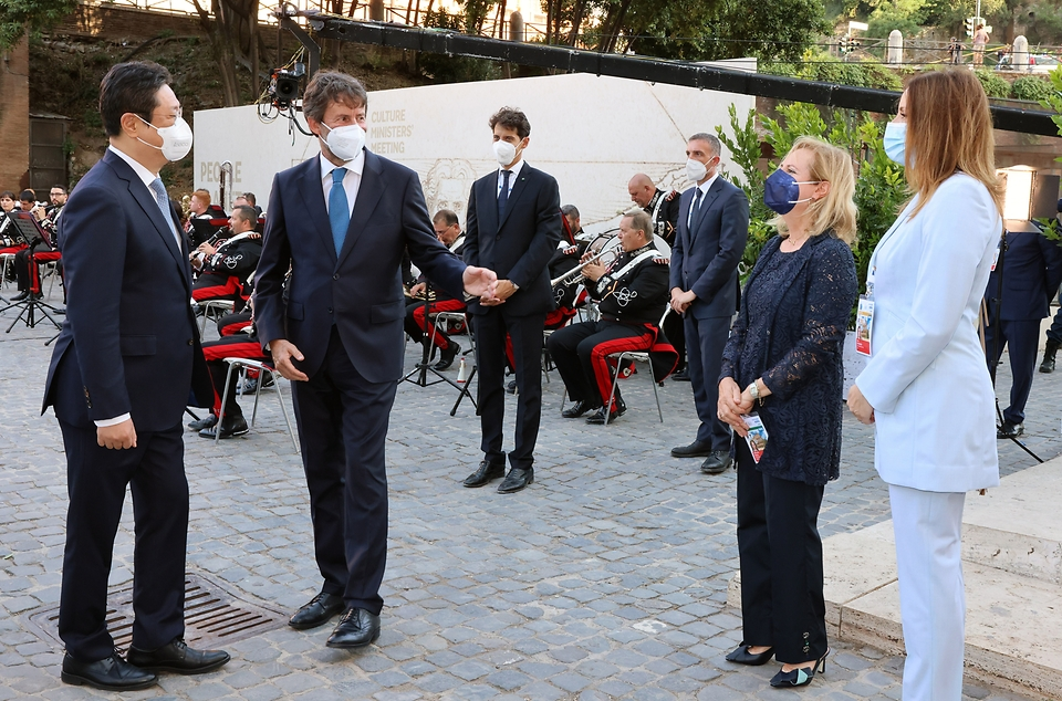 황희 문화체육관광부 장관이 29일(현지시간) 이탈리아 로마 콜로세움에서 열린 G20 문화장관회의 개회식에 참석해 다리오 프란체스키니 이탈리아 문화부 장관과 인사를 나누고 있다.
