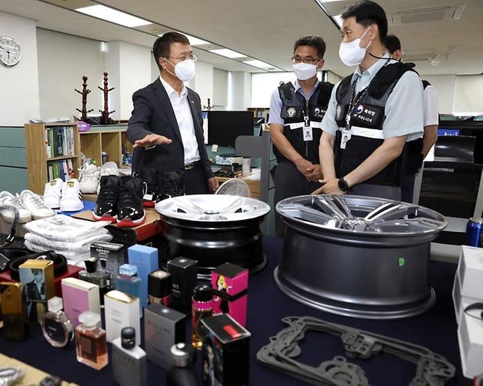 김용래 특허청장이 지난 26일 정부대전청사 기술디자인 특별사법경찰과에서 압수된 위조상품을 둘러보고 있다.
