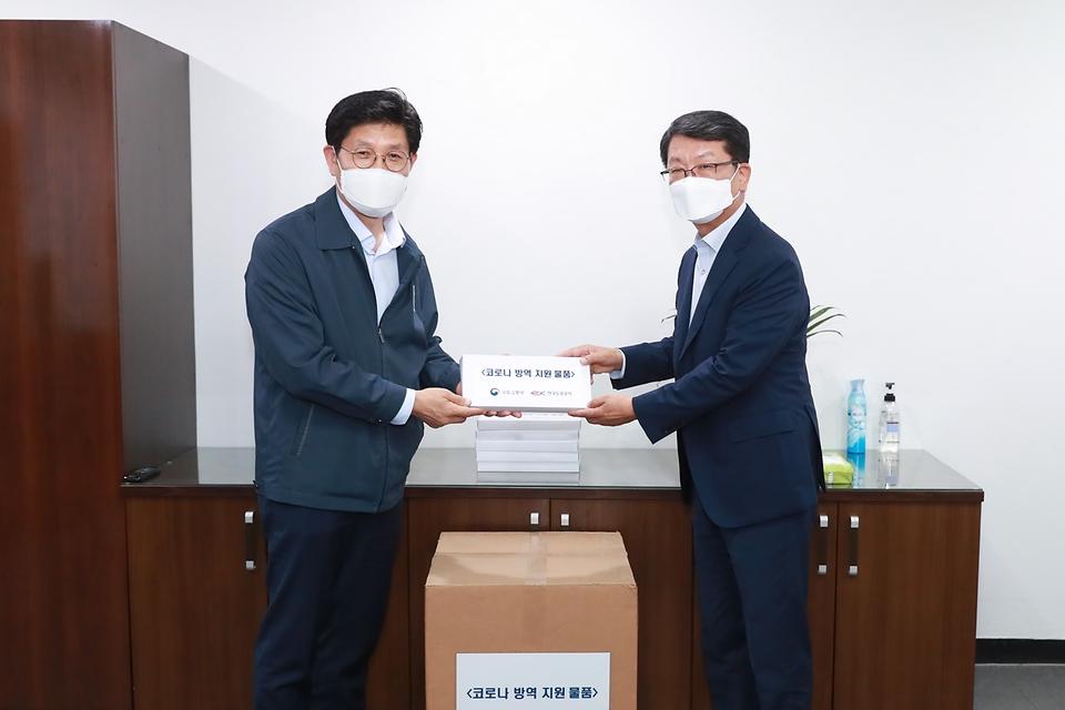 노형욱 국토교통부 장관이 3일 경부고속도로 안성휴게소(서울 방향)를 방문해 코로나19 방역 상황을 점검한 뒤 방역 물품을 전달하고 있다.