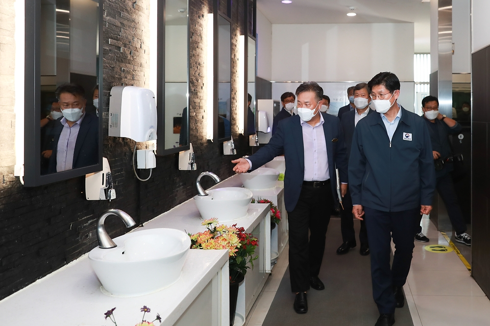 노형욱 국토교통부 장관이 3일 경부고속도로 안성휴게소(서울 방향)를 방문해 신종 코로나바이러스 감염증(코로나19) 방역 상황을 점검하고 있다.