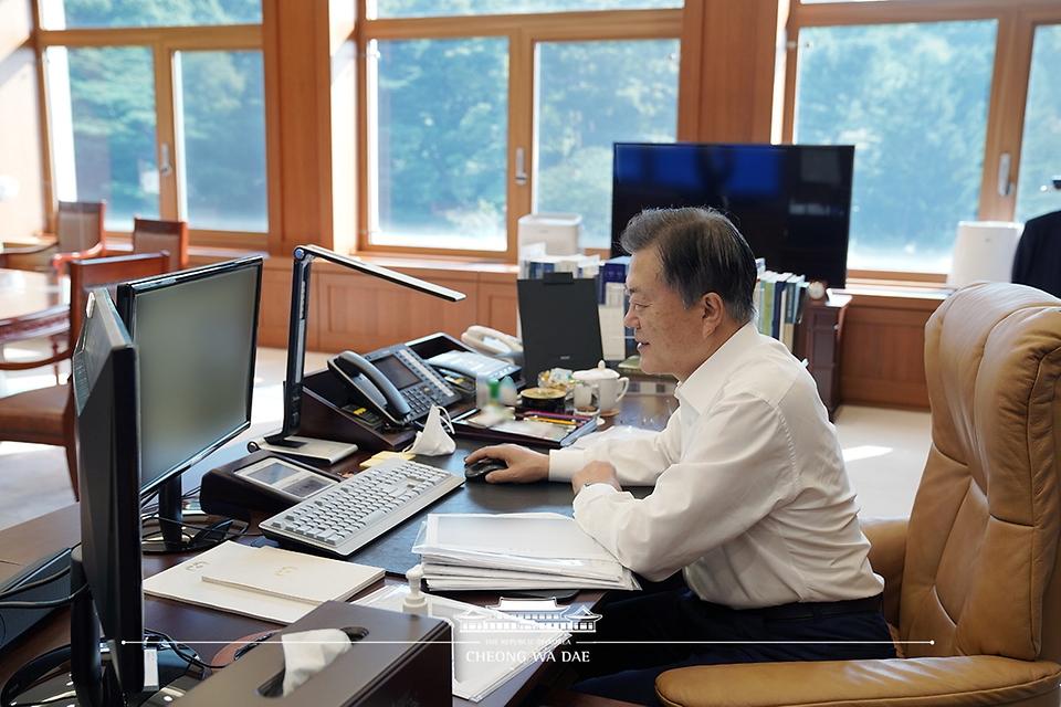 문재인 대통령이 14일 오전 청와대 여민관 집무실에서 '광주형 일자리'를 통해 처음으로 생산되는 현대차 경형 SUV '캐스퍼' 차량 온라인 사전예약을 하고 있다.