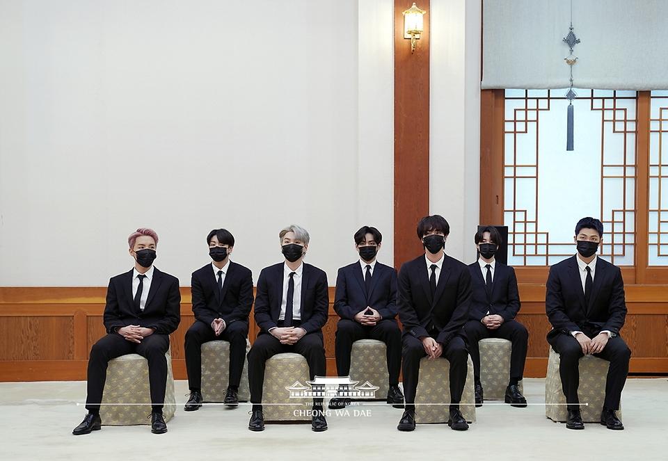 아이돌그룹 방탄소년단(BTS)이 14일 청와대 에서 열린 미래세대와 문화를 위한 대통령 특별사절 임명장 수여식에 참석하고 있다.