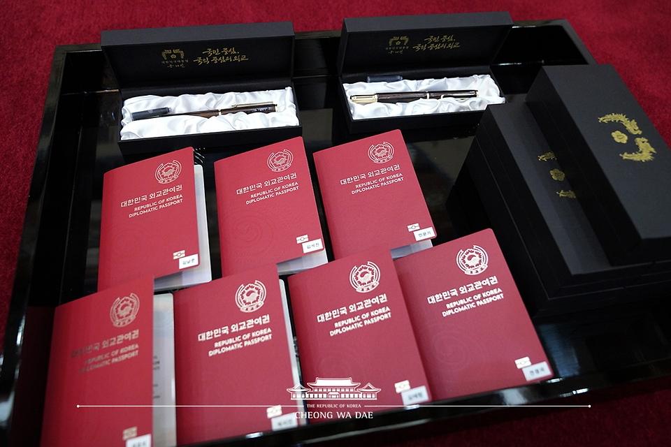 14일 청와대에서 열린 미래세대와 문화를 위한 대통령 특별사절 임명장 수여식장에 방탄소년단(BTS) 멤버들의 외교관여권과 기념품이 놓여 있다.