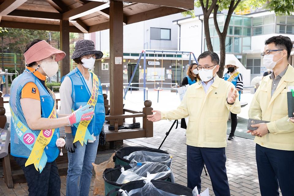 홍정기 환경부차관이 17일 오후 서울 은평구 소재 단독주택 지역 분리배출 현장을 방문하여,  '자원관리도우미' 등 현장 근무자들을 격려하고 있다.