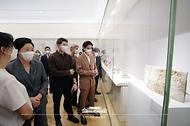 김정숙 여사, 메트로폴리탄 한국실 방문 사진 2