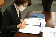 한정애 환경부 장관, '담배꽁초 회수·재활용 시범사업 업무협약식' 참석 사진 5