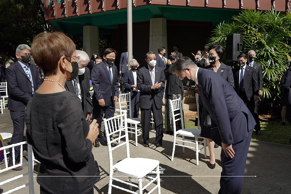 문재인 대통령이 22일(현지시각) 미국 하와이대 한국학 연구소에서 열린 독립유공자 훈장 추서식에서 참석자들에게 인사하고 있다.